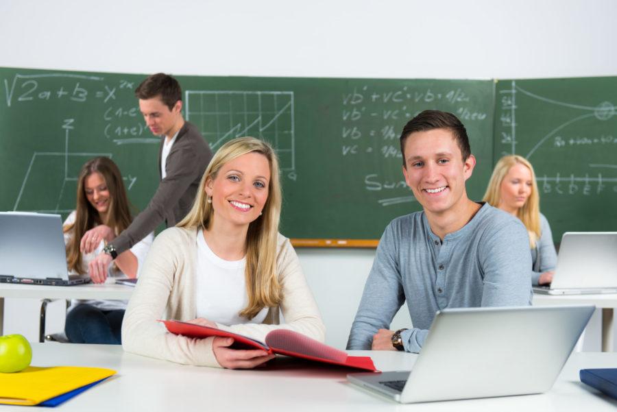 Lehrerin und Schüler im Unterricht