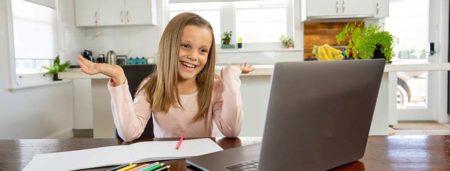 Schülerin lernt Zuhause am PC