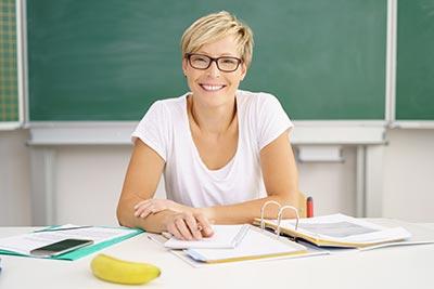 Selbstbewusste Frau im Unterricht