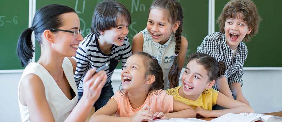Schüler und Lehrer lachen gemeinsam