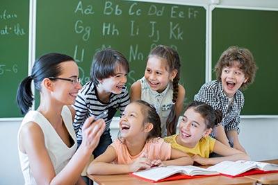 Lehrer und Schüler haben viel zu lachen