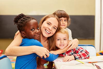 Schüler und Lehrer umarmen sich
