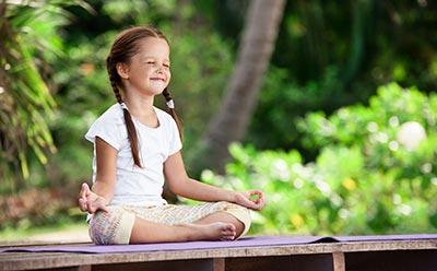 Schülerin entspannt beim meditieren
