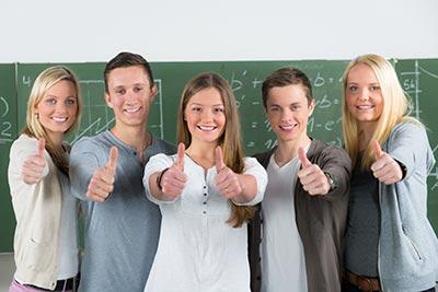 Schüler mit Daumen hoch