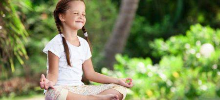 Schülerin meditiert