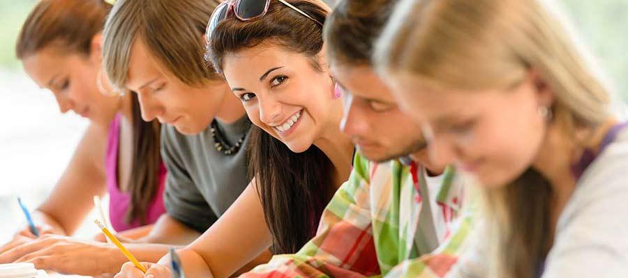 selbstbewusst Schüler in der Prüfung