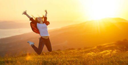 Frau springt vor Glück in die Luft